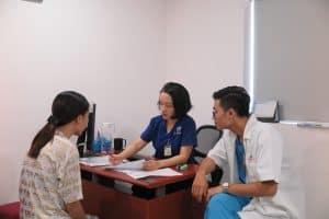 Chị H. được bác sĩ Thùy Dương tư vấn về phương pháp điều trị tốt nhất